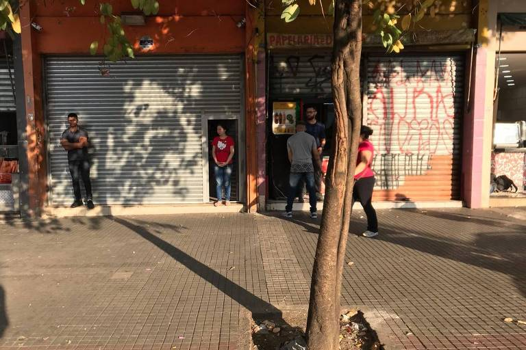Comerciantes fecham as portas mais cedo do que o habitual na avenida Duque de Caxias, no centro da capital paulista