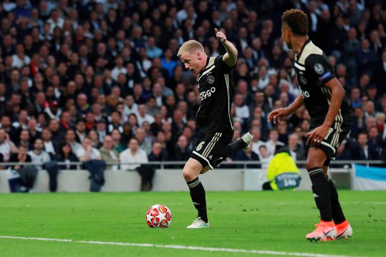O atacante holandes Donny van de Beek finaliza e marca o gol do Ajax na vitória por 1 a 0 sobre o Tottenham, em Londres, no primeiro jogo da semifinal da Liga dos Campeões