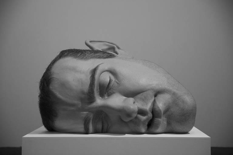 Obra do artista australiano Ron Mueck exposta na Pinacoteca do Estado em São Paulo, em 2014. Museu obtém 40% de sua verba anual pela Rouanet e, segundo instituição, lei tornou possível mostras como a de Mueck