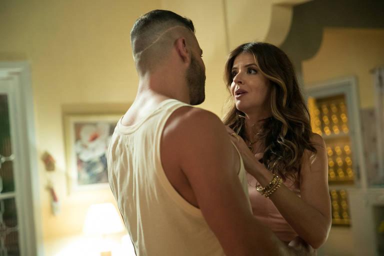 Madureira (Henri Castelli) é apaixonado por Carla (Mariana Santos) e a pressiona para assumir relacionamento sério com ele