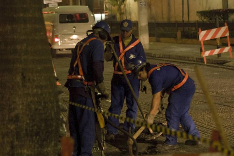 Homens trabalham com britadeira durante a noite e causam um enorme barulho