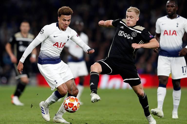 Autor do gol do Ajax, o jovem Donny van de Beek (à direita) disputa a bola com o inglêsDele Alli, do Tottenham, em jogo da semifinal da Liga dos Campeões