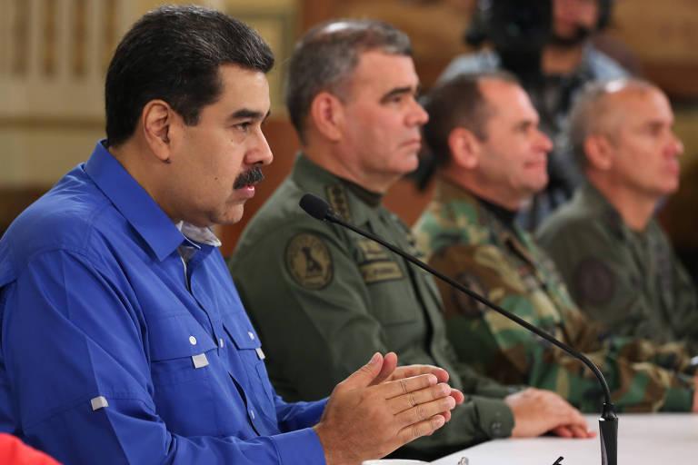 Nicolás Maduro faz pronunciamento em TV estatal no fim do dia de terça (30/4) cercado por militares