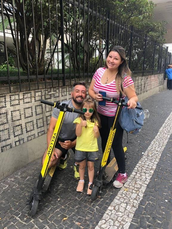 A administradora Debora Keila, 30, com o marido, Delio, 39, e a filha, Valentina, 9, em calçada da avenida Paulista