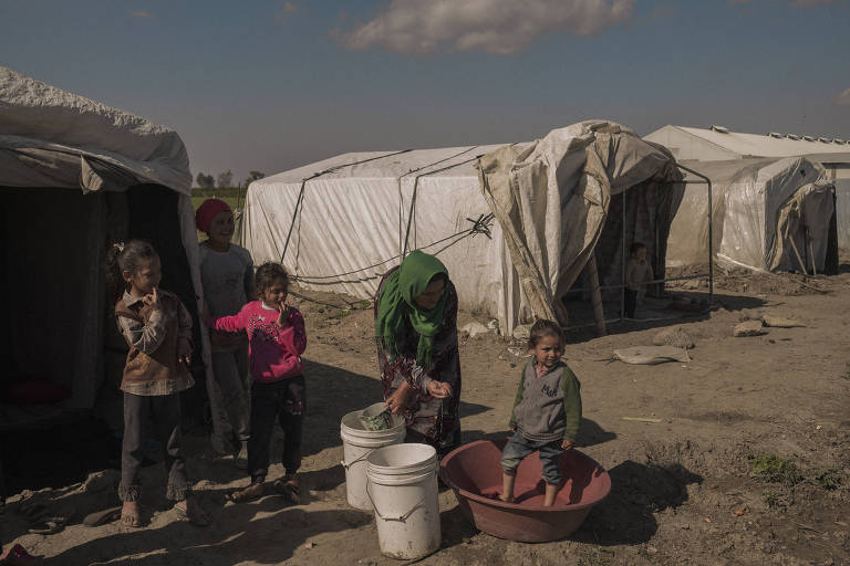 Refugiados sírios trabalham em campos