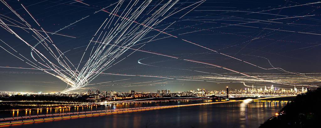 Trilhas de aviões nos arredores do aeroporto de La Guardia, em Nova York, nos EUA