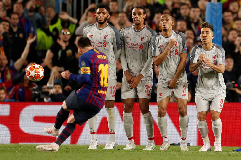 Lionel Messi cobra a falta que resultou no terceiro gol do Barcelona e o 600 dele pelo clube espanhol