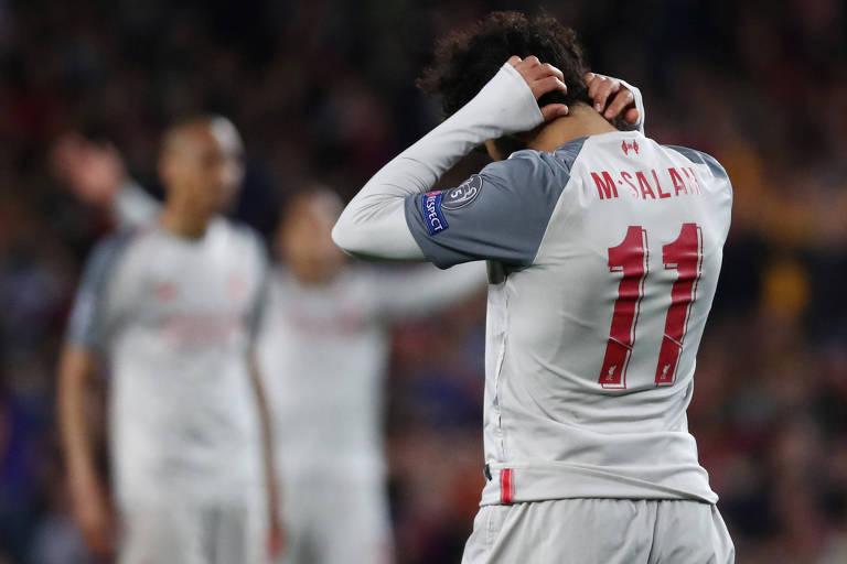 O egípcio Salah lamenta chance perdida pelo Liverpool, em que acertou a trave