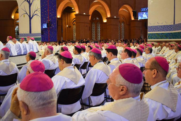 Bispos da CNBB durante missa no Santuário de Aparecida, na abertura da 57ª assembleia geral da entidade