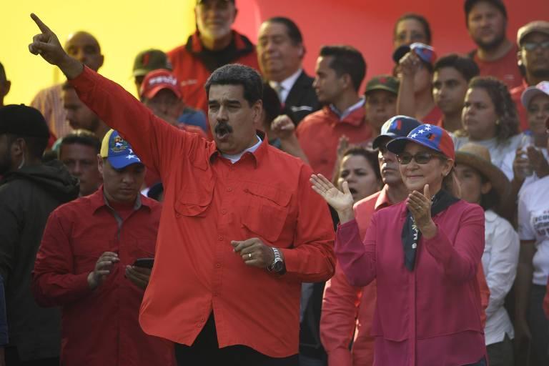 O ditador Maduro e sua mulher, Cilia Flores, em comício do 1º de Maio em Caracas
