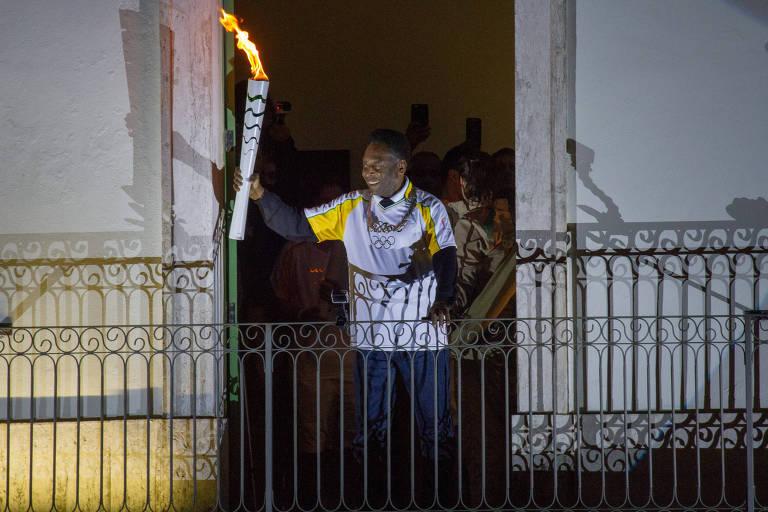 Durante a passagem da tocha olímpica por Santos, Pelé aparece na sacada do museu que leva seu nome