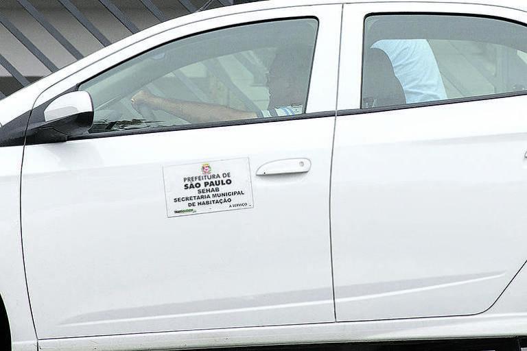 Carro oficial da Prefeitura de São Paulo flagrado pela reportagem na sede do PRB