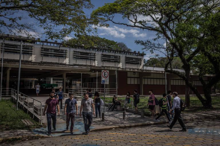 Estudantes em frente à entrada do prédio da Escola Politécnica da USP em São Paulo