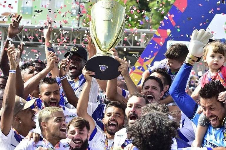 Jogadores do Santo André comemoram a conquista da Série A-2