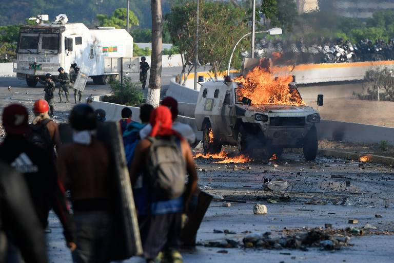 Confronto entre manifestantes anti-Maduro e forças de segurança