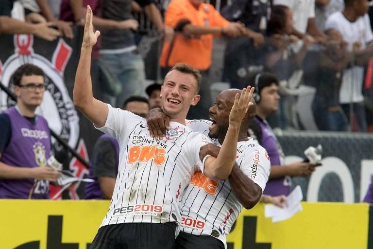 O lateral esquerdo Carlos, formado nas categorias de base do Timão, comemora o gol da vitória com Vagner Love
