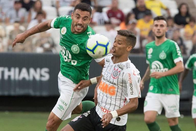 O corintiano Pedrinho domina a bola marcado pelo lateral Alan Ruschel, da Chapecoense, no duelo entre as equipes no Itaquerão