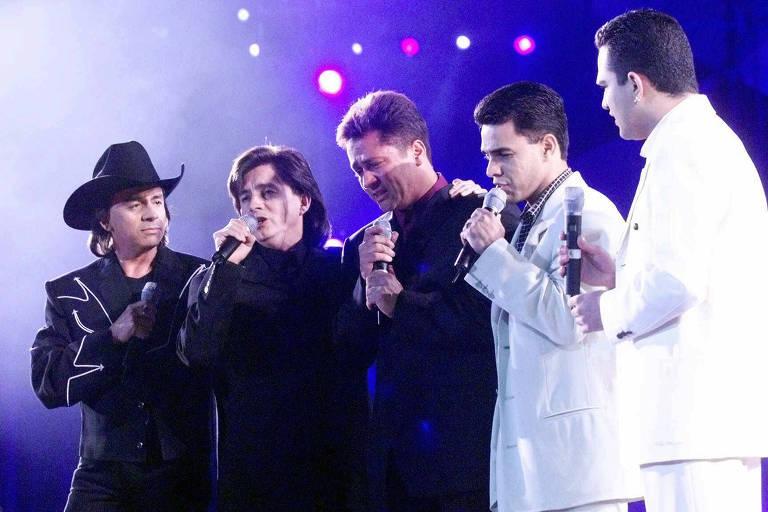 O cantor Leonardo [centro] se emociona ao cantar em homenagem ao irmão Leandro, junto com Chitãozinho e Xororó, Zezé Di Camargo e Luciano durante o show