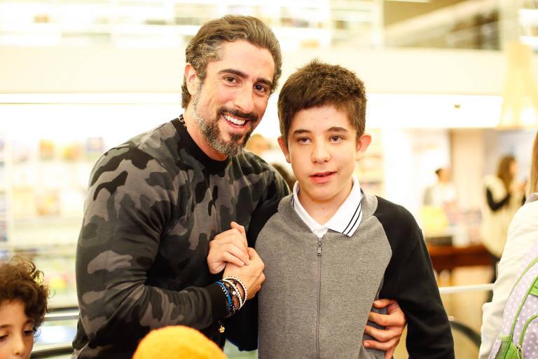 """O apresentador Marcos Mion com o filho Romeo Mion no lançamento do livro infantil """"A Escova de Dentes Azul"""""""