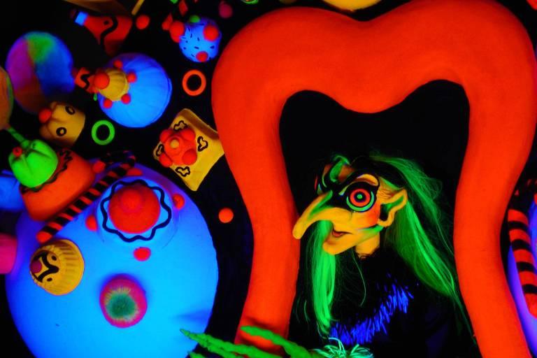 Espetáculo da Cia. Imago é apresentado por bonecos em cores vibrantes no Teatro Alfa