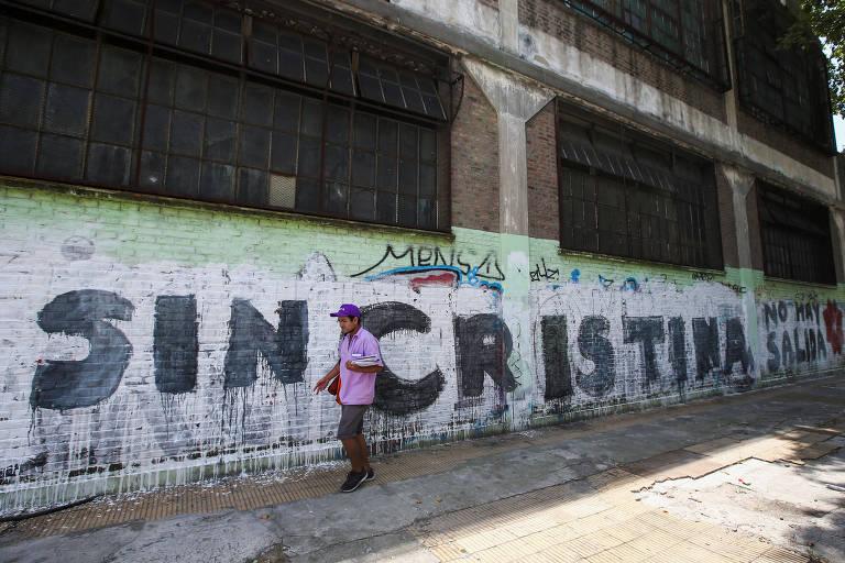 Pedestre passa por muro com pichação 'sem Cristina, não há saída' em Buenos Aires