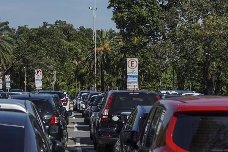 Área de Zona Azul dentro do parque Ibirapuera; serviço de estacionamento rotativo deve passar para a iniciativa privada