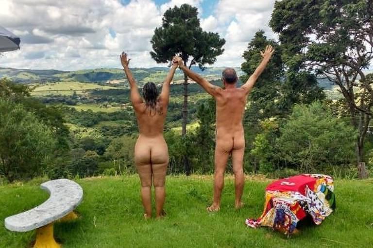 casal nu de costas em paisagem