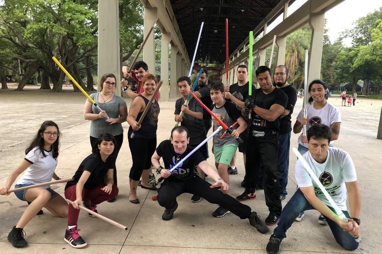 O dentista Rodrigo Moreno participa de grupos que se reúnem para fazer batalhas de sabres de luz em São Paulo