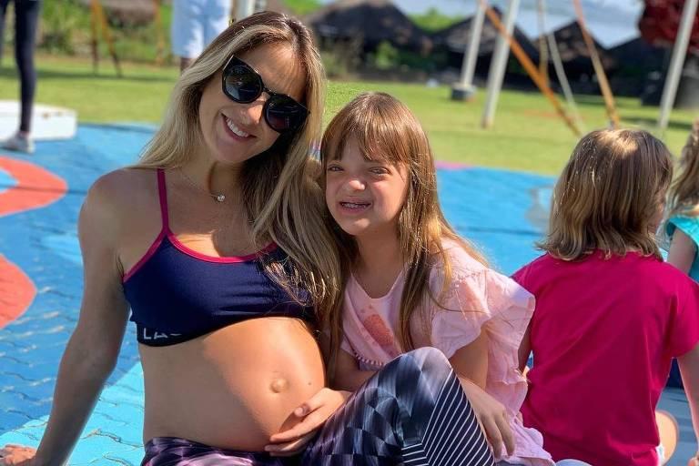 Ticiane Pinheiro posa com a filha, Rafaela, mostrando barriga de seis anos de gravidez