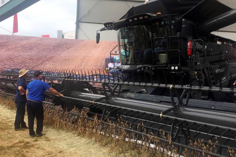Fazendeiros observam equipamento durante Agrishow, em Ribeirão Preto