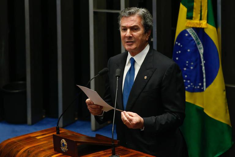 O senador Fernando Collor discursa na tribuna na sessão de votação da pronúncia do processo de impeachment da presidente afastada Dilma Rousseff, no plenário do Senado Federal em Brasília