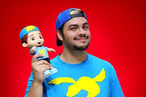 O youtuber Luccas Neto segura seu boneco recém-lançado