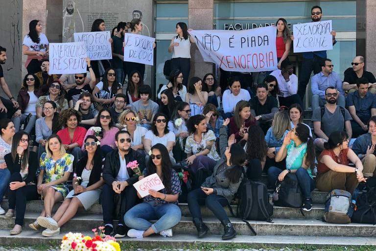 Estudantes brasileiros protestam em frente à Faculdade de Direito da Universidade de Lisboa