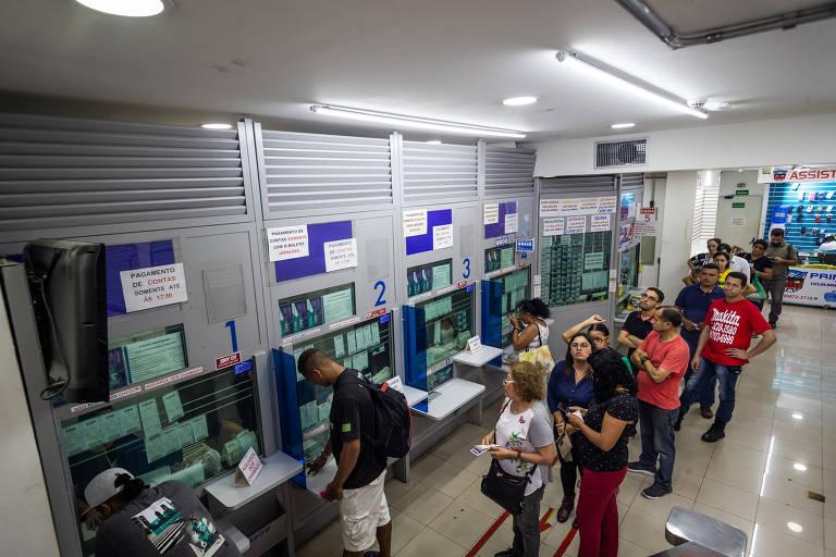 Apostadores em fila em lotérica na capital quando o prêmio estava em R$ 140 milhões