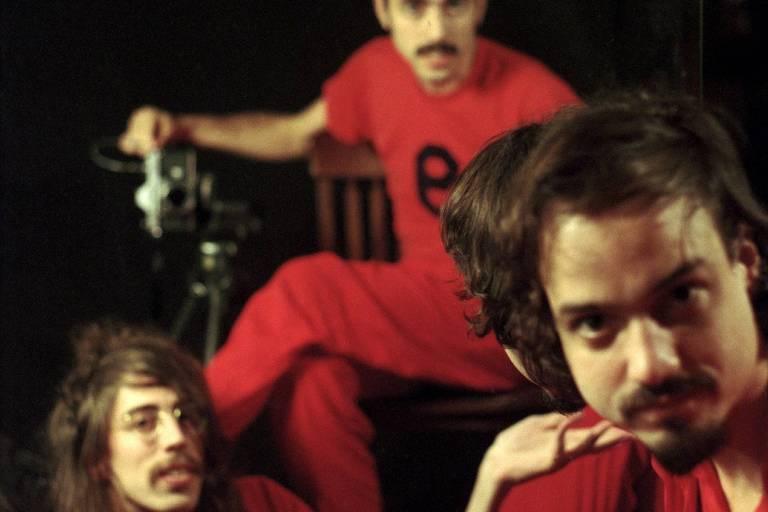 Os integrantes do grupo O Terno vestidos de vermelho