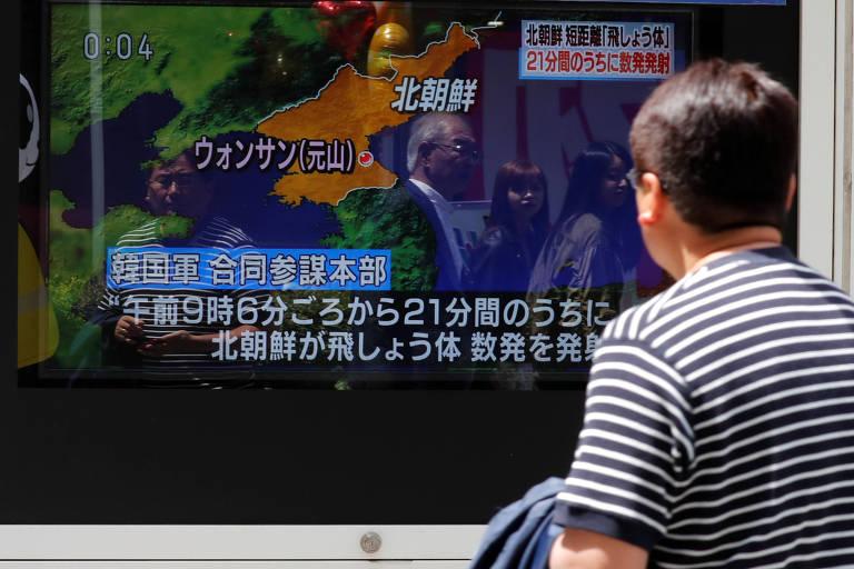 Homem assiste a reportagem sobre lançamento de mísseis norte-coreanos, em Tóquio (Japão)
