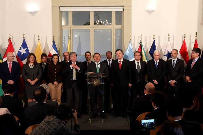 Ministro das Relações Exteriores do Peru, Nestor Popolizio (ao centro), acompanhada por ministros de Relações Exteriores membros do Grupo de Lima, faz anúncio após reunião no Ministério das Relações Exteriores, em Lima, Peru