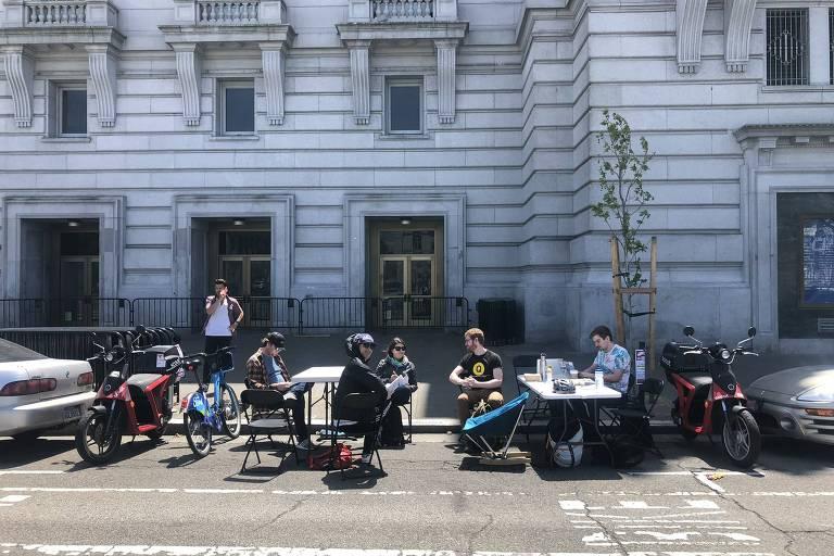 Victor Pontis e outras pessoas trabalhando em mesas ao ar livre em San Francisco, Califórnia