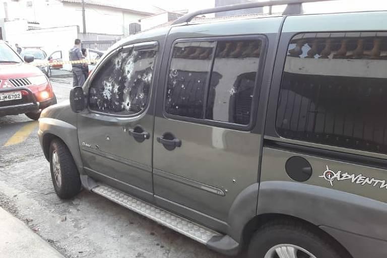 Marcas de tiros deixadas em carro após ataque ao PM Fernando Flávio Flores
