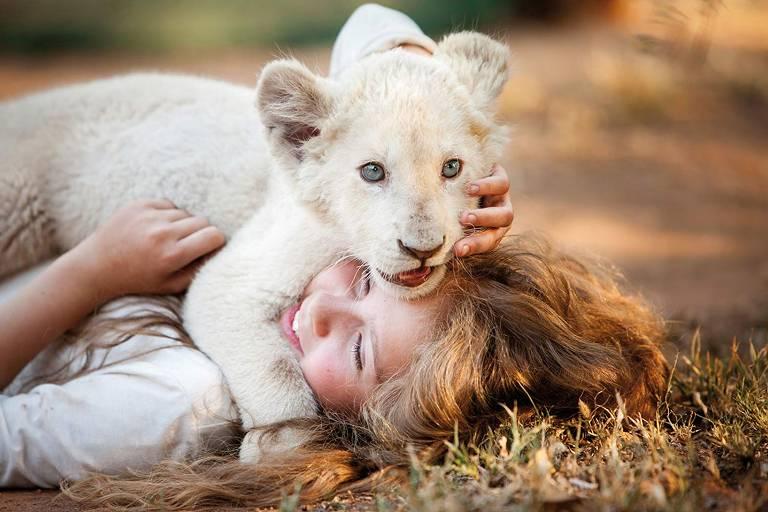 Cena de 'A Menina e o Leão'
