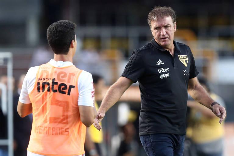 Técnico Cuca e o jogador Hernanes, reserva na partida contra o Botafogo pelo Campeonato Brasileiro