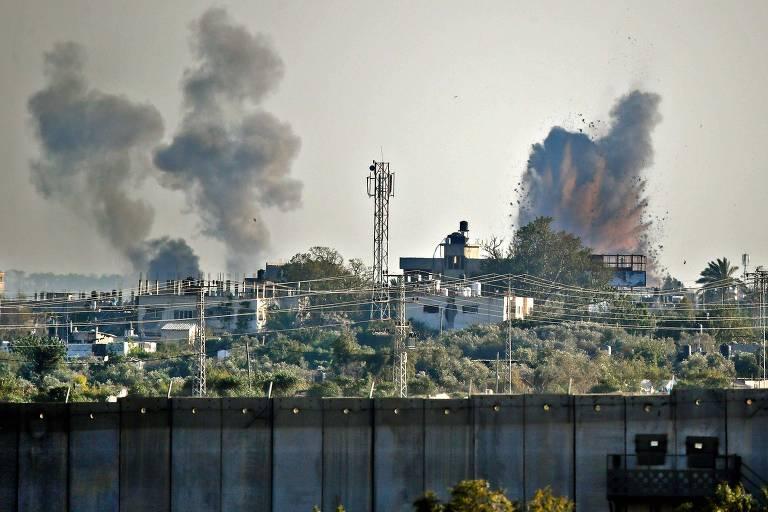 Avião israelense provoca neste sábado (4) explosão e fumaça do outro lado da fronteira de Israel com a faixa de Gaza