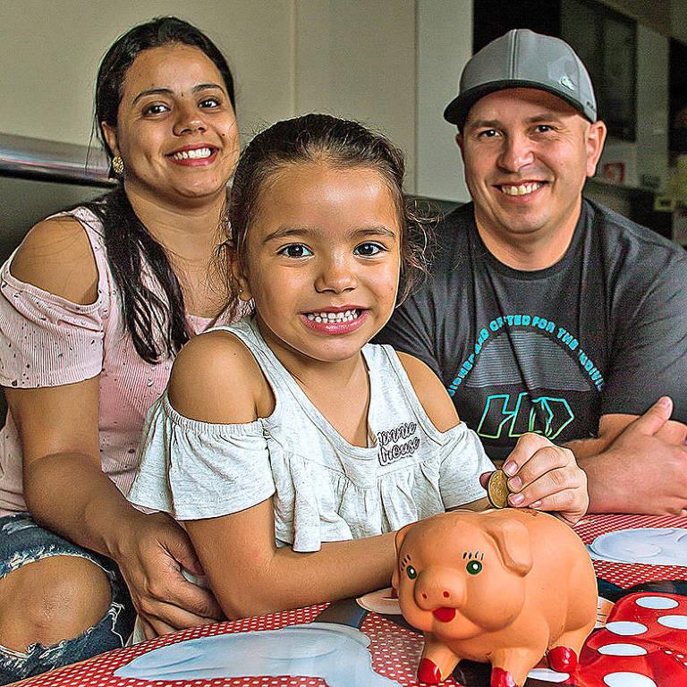 Lara de Souza Domingos, 5, aprendeu com os pais, Fabiana Alves de Souza e Rogério Santos, os limites do dinheiro e dos gastos