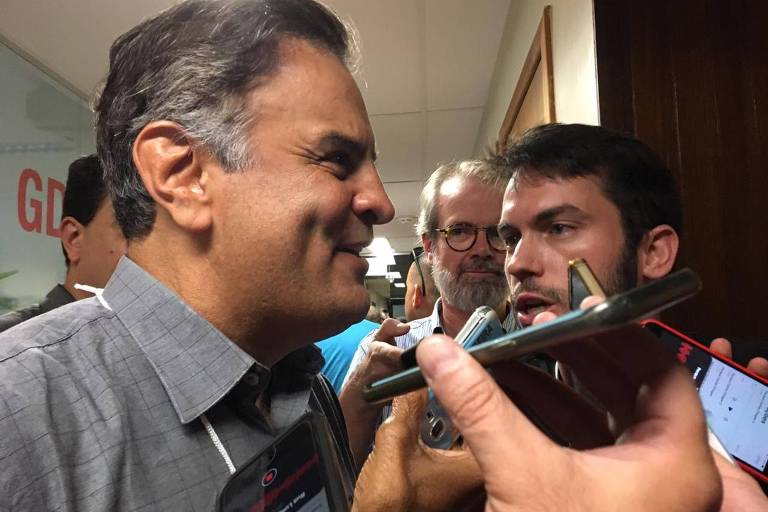 O deputado federal Aécio Neves fala com jornalistas na convenção estadual do PSDB em Minas Gerais neste sábado (04/05)