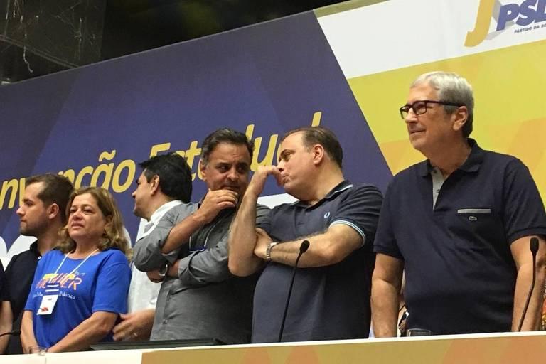 Convenção estadual do PSDB em Minas Gerais, com presença do deputado federal e ex-senador Aécio Neves (na foto, conversando com o novo presidente estadual do partido, Paulo Abi-Ackel)