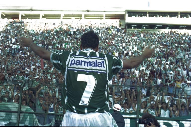 Com os braços erguidos olhando para a torcida, Edmundo comemora o título do Campeonato Brasileiro de 1994, após o Palmeiras empatar com o Corinthians por 1 a 1, no Pacaembu.