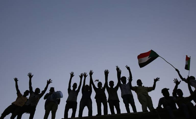 Manifestantes do Sudão protestam em frente ao quartel-general militar do país