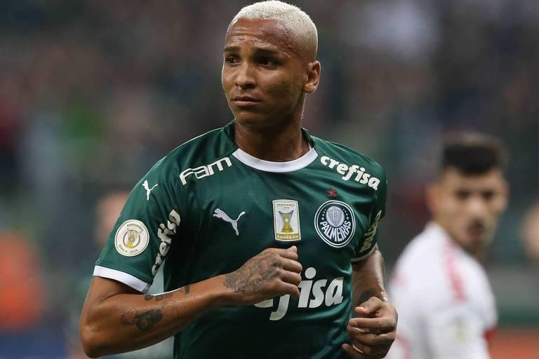 O atacante palmeirense Deyverson caminha de volta para o campo de defesa do Palmeiras depois de celebrar o gol que marcou contra o Inter, no Allianz