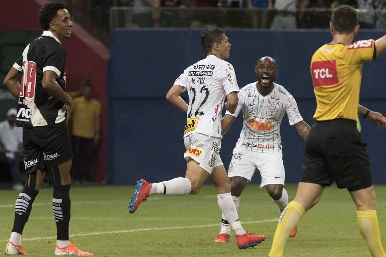 Enquanto Vital celebra discretamente o gol contra o Vasco, seu ex-time, Vagner Love expressa alegria na Arena da Amazônia