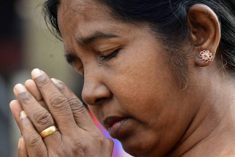 Mulher reza neste domingo (5) perto do santuário de Santo Antônio, em Colombo, em memória às vítimas dos ataques da Páscoa no Sri Lanka
